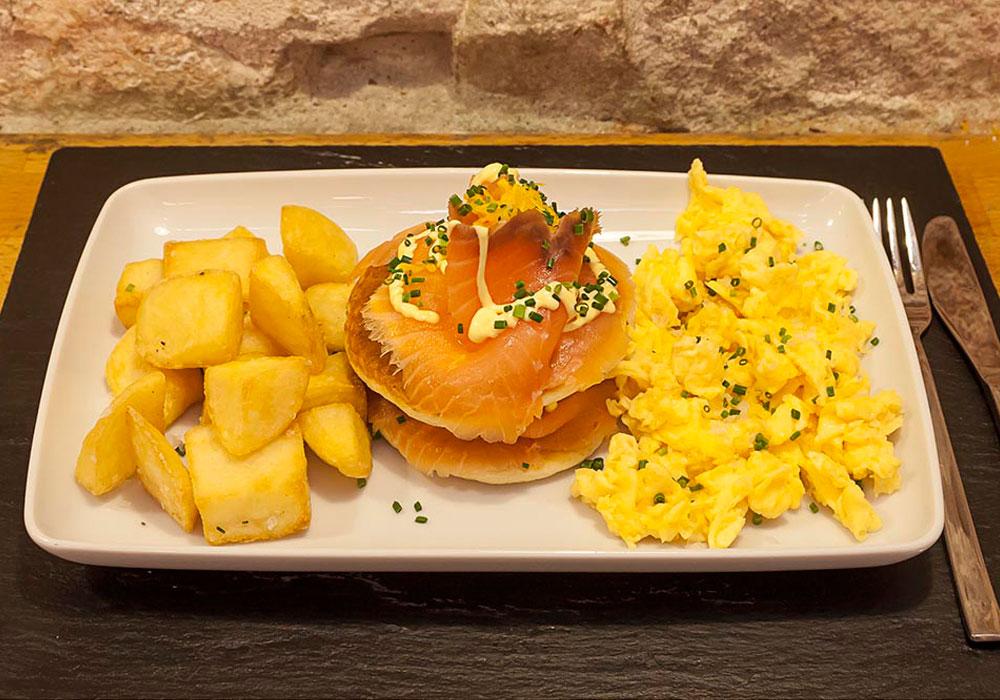BRUNCH - Salmon and scrambled egg pancake