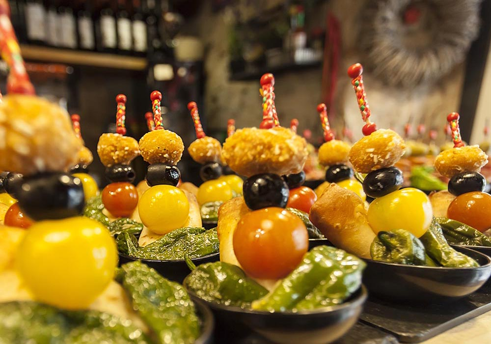 PINTXO - Crunchy nacho filled with chicken and chipotles, with lettuce and guacamole or Mexican sauce
