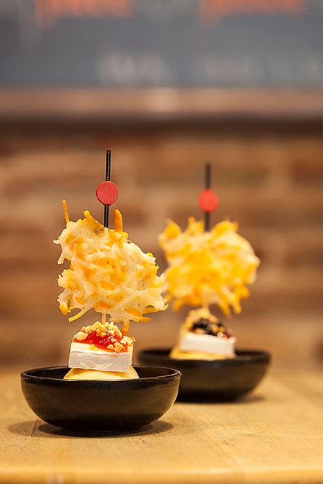 PINTXO - Roll de pernil i formatge emmental, amb formatge brie, melmelada de nabius o de tomàquet, picada d'ametlla caramelitzada i cruixent de formatges